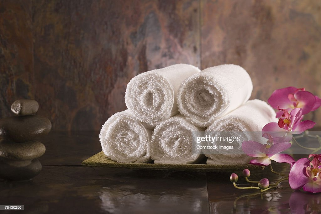 Towels, flowers, and stones : Stockfoto