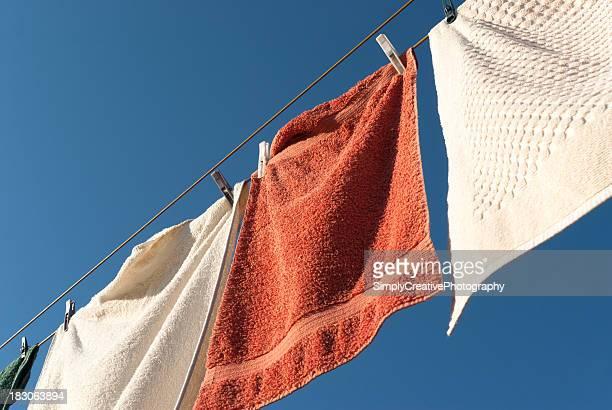 タオルを laundry line - 物干し ストックフォトと画像