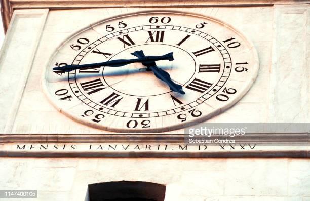 tower bell clock close up in padova,veneto,italy - klokkentoren met wijzerplaat stockfoto's en -beelden