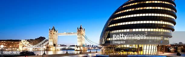 Tower Bridge und die City Hall in London England in der Dämmerung