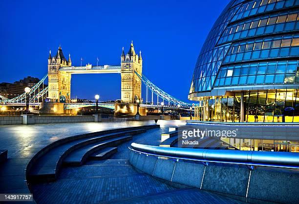 Tower bridge und die city hall in London