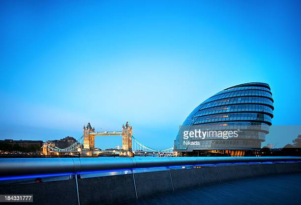 Tower bridge und die city hall in London