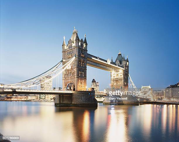 tower bridge and city of london at dusk - london england stock-fotos und bilder