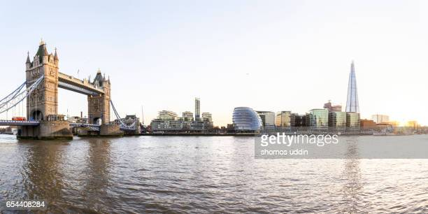 tower bridge and the city skyline across south of thames, at sunset - fluss themse stock-fotos und bilder