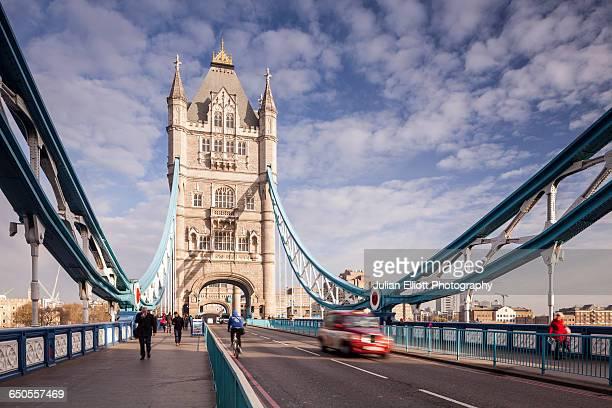 tower bridge and the river thames in london. - tower bridge foto e immagini stock
