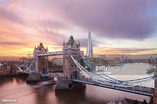 tower bridge and the shard at sunset, london - london fotografías e imágenes de stock