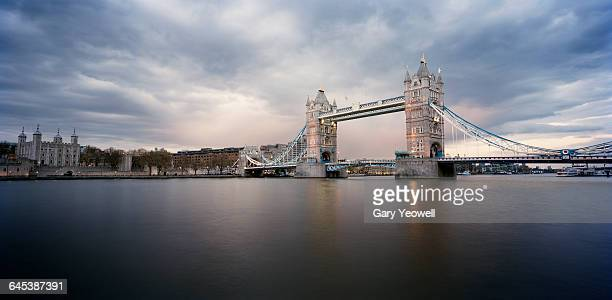 tower bridge and tower of london at dusk - london england stock-fotos und bilder