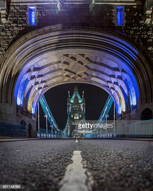 tower bridge at night, london, england, uk - mattscutt stock pictures, royalty-free photos & images