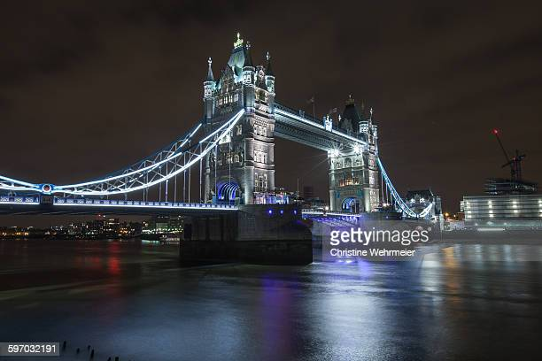 tower bridge at night - christine wehrmeier stock pictures, royalty-free photos & images