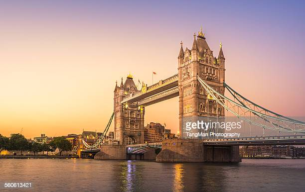 tower bridge at sunset - river thames stock pictures, royalty-free photos & images