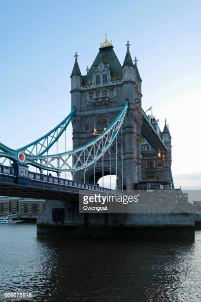 tower bridge at sunset - gwengoat stock pictures, royalty-free photos & images
