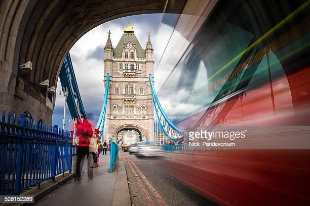 Red verschwommen Bus auf der Tower Bridge im Zentrum von London