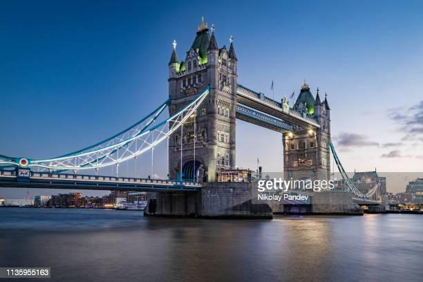 ponte da torre na cidade de londres da baixa, inglaterra-imagem stock - lugar histórico - fotografias e filmes do acervo