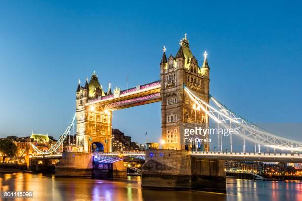 ponte da torre londres londres no crepúsculo de inglaterra - cidade de londres - fotografias e filmes do acervo