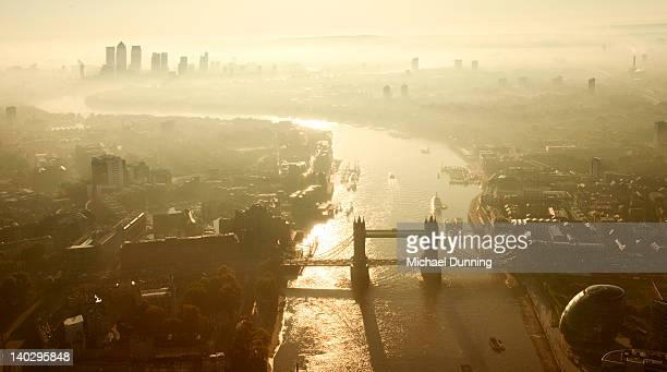 tower bridge, london - dawn dunning stockfoto's en -beelden