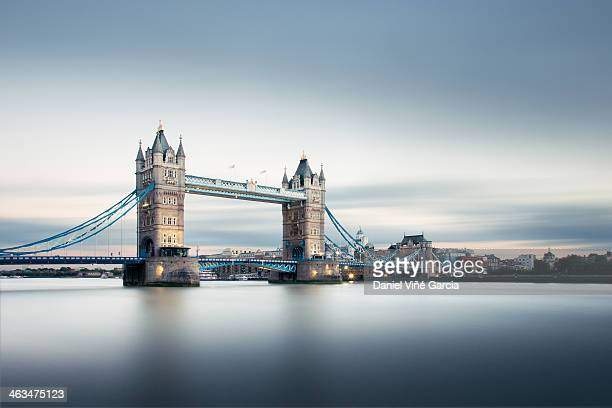 tower bridge london - england stock-fotos und bilder