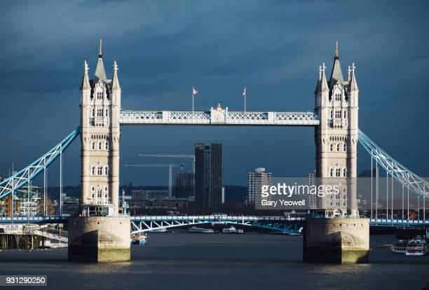 tower bridge, london - yeowell foto e immagini stock