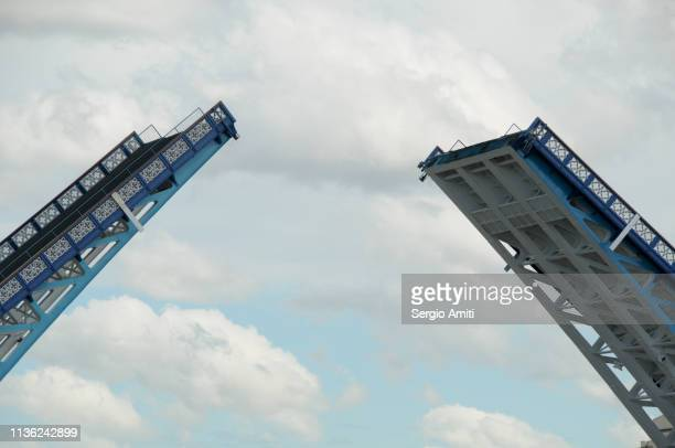 tower bridge opening - sergio amiti stock pictures, royalty-free photos & images