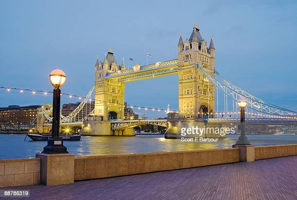 tower bridge  - fluss themse stock-fotos und bilder