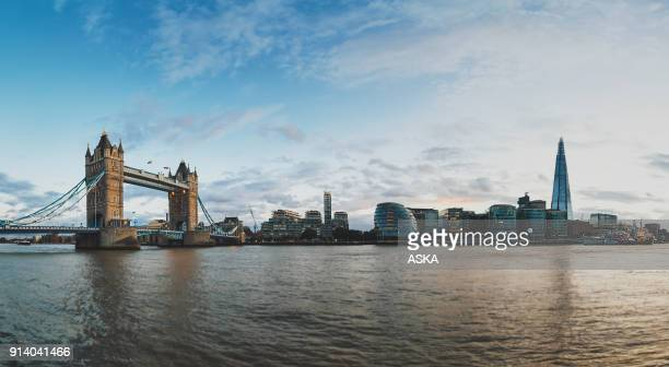 tower bridge thames river and london city skyline - londra foto e immagini stock