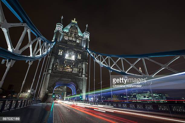 tower bridge traffic at night - christine wehrmeier stock pictures, royalty-free photos & images