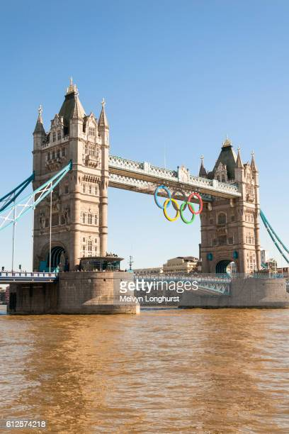 tower bridge, with the olympic rings celebrating the 2012 olympic games, london, england - 2012 summer olympics london stock pictures, royalty-free photos & images