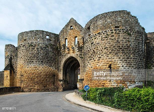 tower gate of domme - phil haber stock pictures, royalty-free photos & images