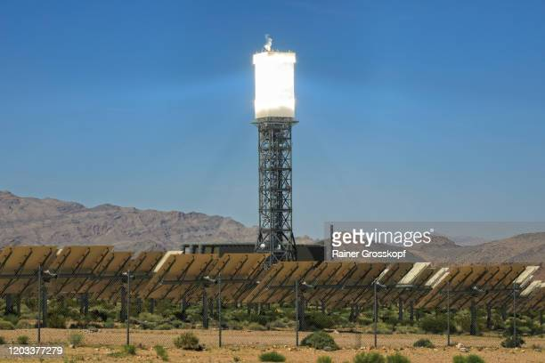 tower of a solar power facility in a desert landscape at the base of mountains - rainer grosskopf fotografías e imágenes de stock