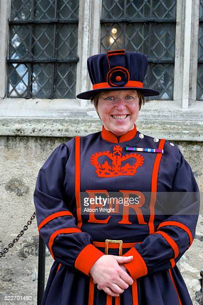 tower of london, beefeater - honor guard stock pictures, royalty-free photos & images