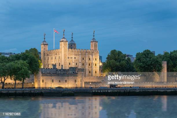 tower of london, illuminated in the evening. - tower of london stock pictures, royalty-free photos & images