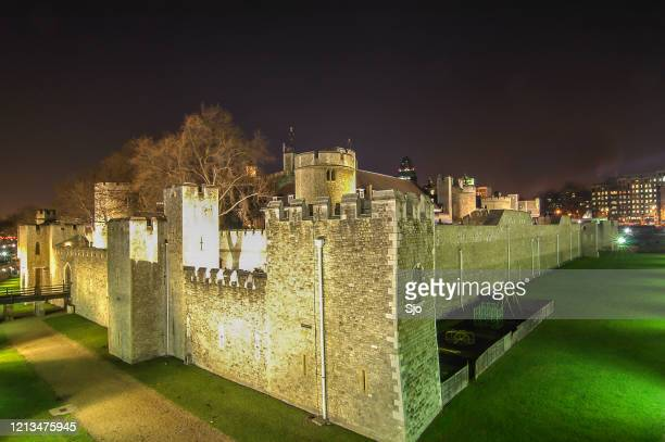 """tower of london on the north bank of the river thames in the uk at night - """"sjoerd van der wal"""" or """"sjo"""" stock pictures, royalty-free photos & images"""