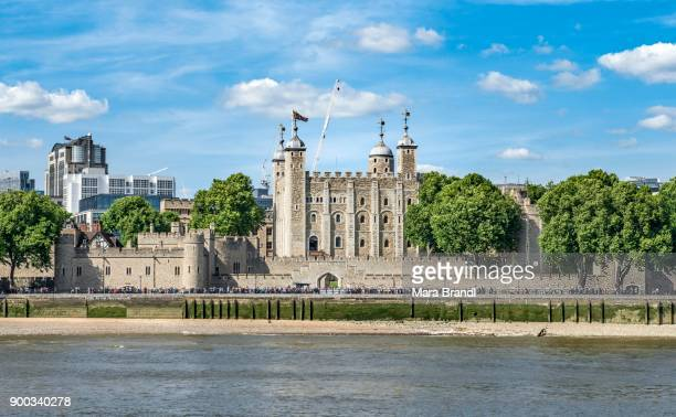 tower of london on the river thames, london, england, united kingdom - fluss themse stock-fotos und bilder