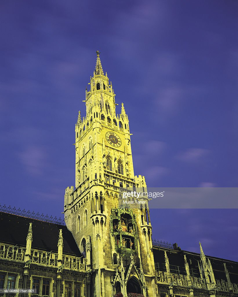 Tower of New Town Hall (Rathaus) and Glockenspiel, low angle view : Foto stock