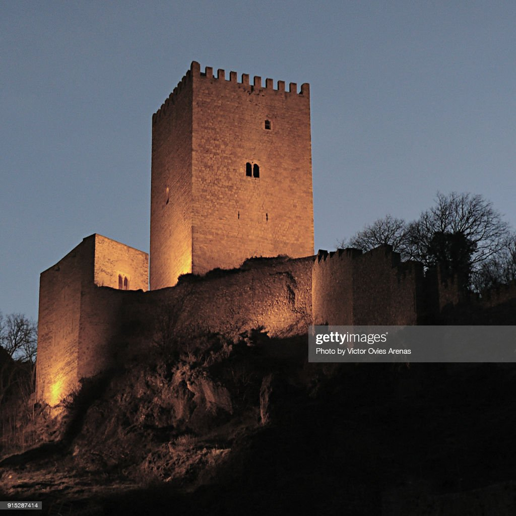 Tower of the castle of Yedra on a rocky outcrop in the old village of Cazorla at night in Jaen, Andalusia, Spain : Foto de stock