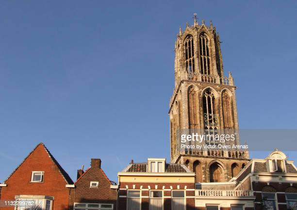 tower of the papal house (paushuize) rising high behind traditional houses in utrecht, netherlands - victor ovies fotografías e imágenes de stock
