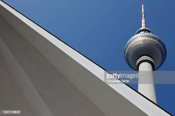 tv tower on alexanderplatz square, berlin, germany - low angle view photos et images de collection