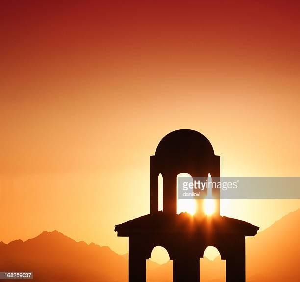 Tower-silhouette in den wunderschönen Sonnenuntergang
