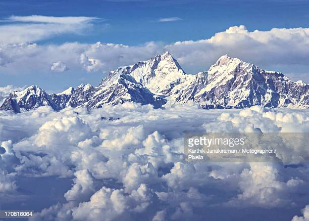 towering above the clouds - himalaya foto e immagini stock