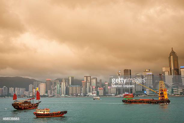 towing ship in victoria harbour - merten snijders stock pictures, royalty-free photos & images