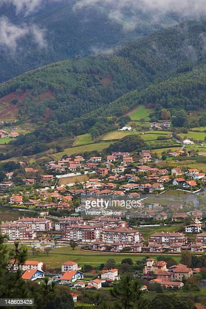 town and mountains. - pais vasco fotografías e imágenes de stock