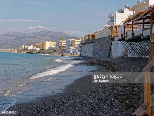 town beach hersonissos crete - hersonissos photos et images de collection