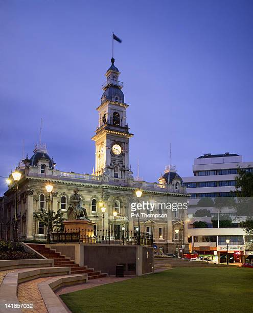 town hall and statue of robert burns at night, dunedin, otago, south island, new zealand - dunedin new zealand stock pictures, royalty-free photos & images