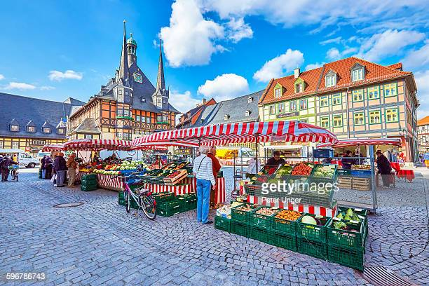 town hall and street markets at market square - marktplatz stock-fotos und bilder