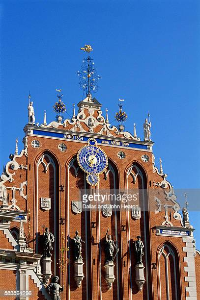 town hall square, blackheads house, old town, riga, latvia - ラトビア ストックフォトと画像