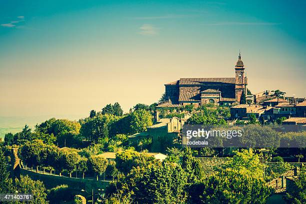 街で、イタリアのトスカーナ州モンタルチーノ - モンタルチーノ ストックフォトと画像