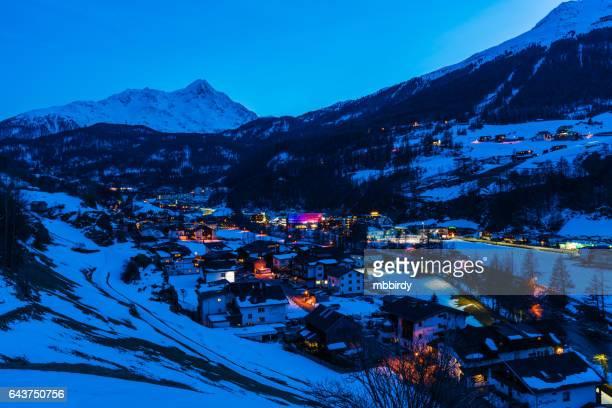Ciudad de Soelden (Solden), Tirol, Austria al atardecer