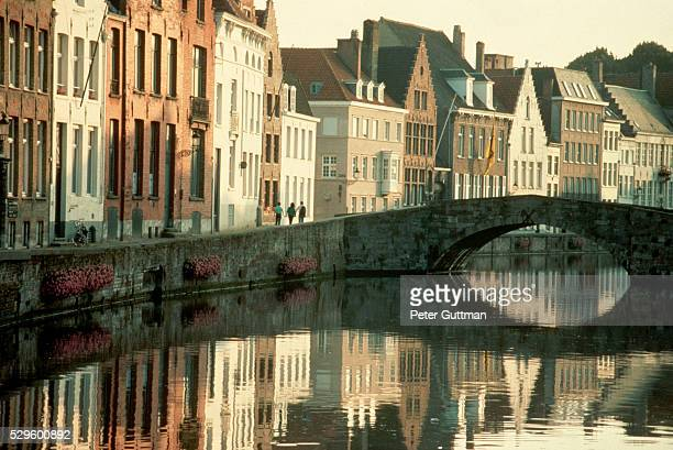 townhouses and arched bridge - bruges stock pictures, royalty-free photos & images
