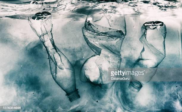 有毒液体と破砕されたペットボトル汚染水 - プラスチック汚染 ストックフォトと画像