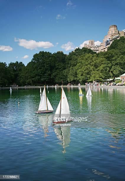 トーイ水に浮かぶボート - アッパーイーストサイドマンハッタン ストックフォトと画像