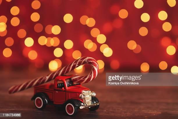 toy car with christmas tree - cartoon santa claus fotografías e imágenes de stock